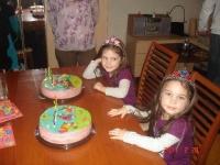 A szülinaposok a tortákkal